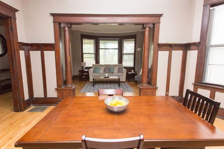 Private 1600 Sq. Ft. 3 Br Historic Flat Uptown - Milwaukee