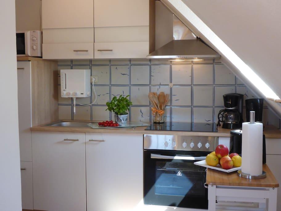 In der Dachgeschoßwohnung haben wir eine komplett neue Küche eingebaut, die mit Kaffemaschine, Backofen, Toaster, Mikrowelle , Wasserkocher und ausreichend Geschirr und Besteck ausgerüstet ist.