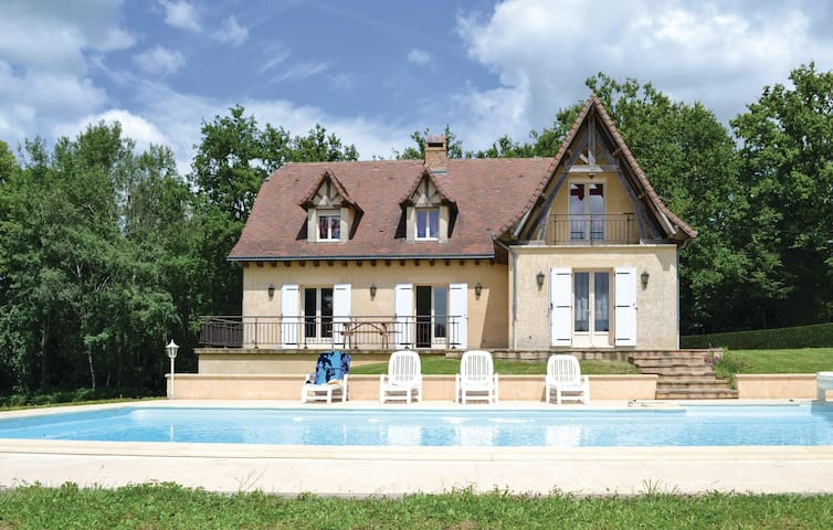 Holiday cottage with 4 bedrooms on 300 m² in Savignac-Ledrier