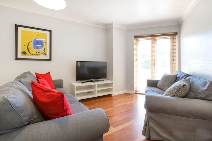 Modern, Warm Oxford Apartment with Parking
