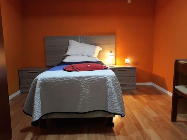 Habitación privada con 1 cama  WI-FI y  Desayuno