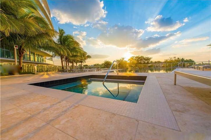 Luxury Waterfront 2BR, near Beach w/ Pool, Parking