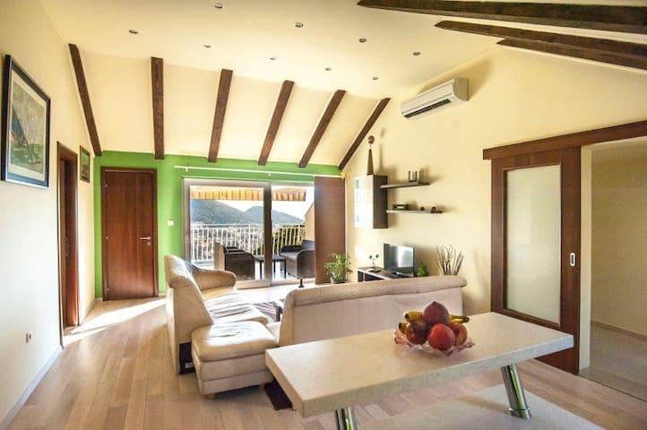 Killer view 2 bedroom/terrace/lounge/BBQ/Sea view