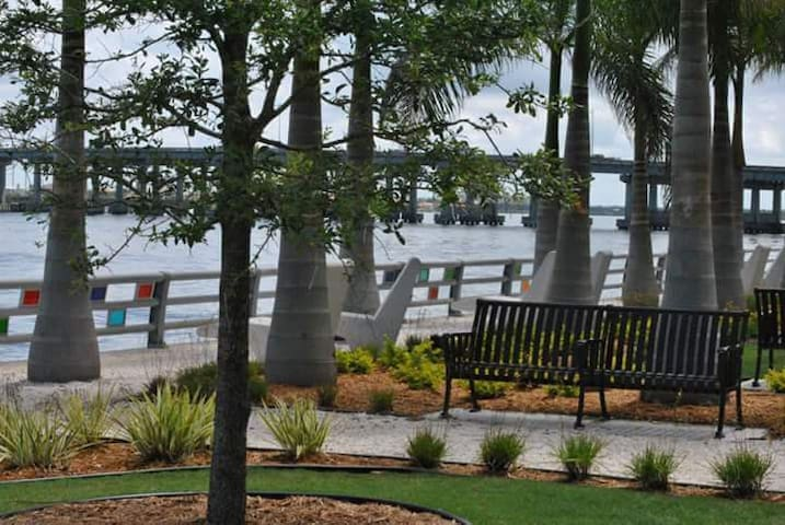 Downtown, Riverwalk, Large Private K.S. Bed/Bath - Bradenton - Apartmen