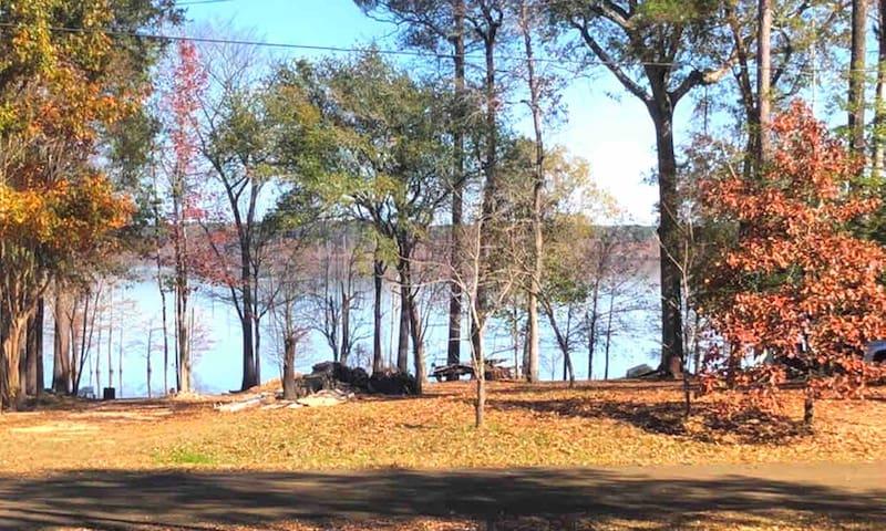 Lake views,  short walk to water.1/2 off 3rd night