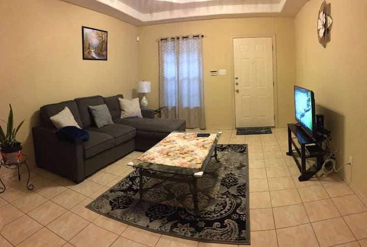 Cozy Apartment, Shopping & Dining minutes away