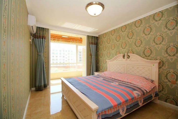 主卧室,超大落地窗,1米8乘2米大床,独立弹簧床垫,助您好梦呦!
