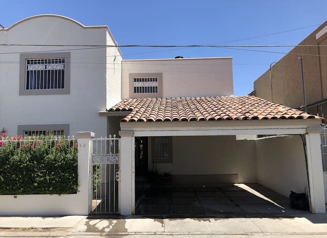 "Excelente Casa ""Hosp. San José"" 3R, 2B, A/C, WIFI."