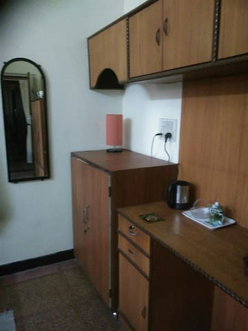 Cupboards and electric kettle where one can make tea or coffee.tea bags nd coffee pouches will be provided by the host.