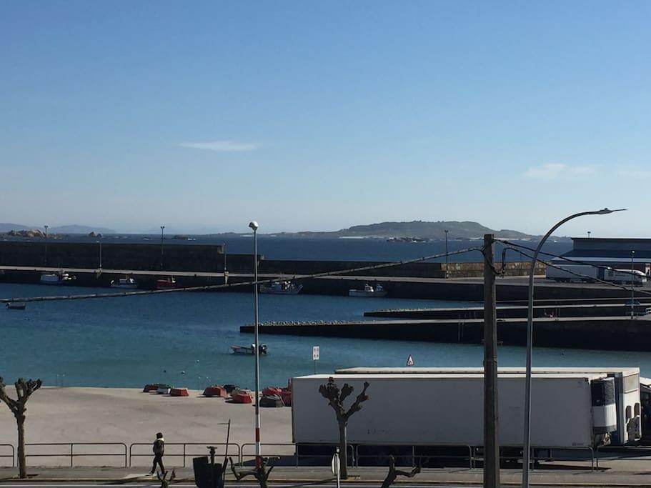 El puerto y la isla de Salvora desde el salón del apartamento