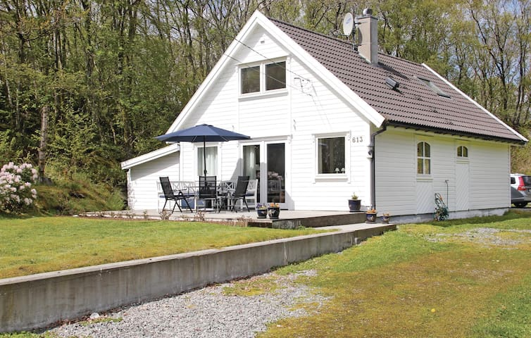 Holiday cottage with 4 bedrooms on 90 m² in Røyksund