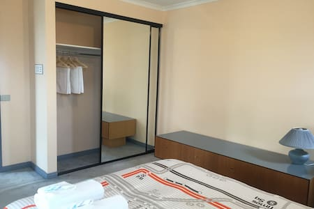 Queen bedroom in Springvale with free wifi - Springvale - Casa