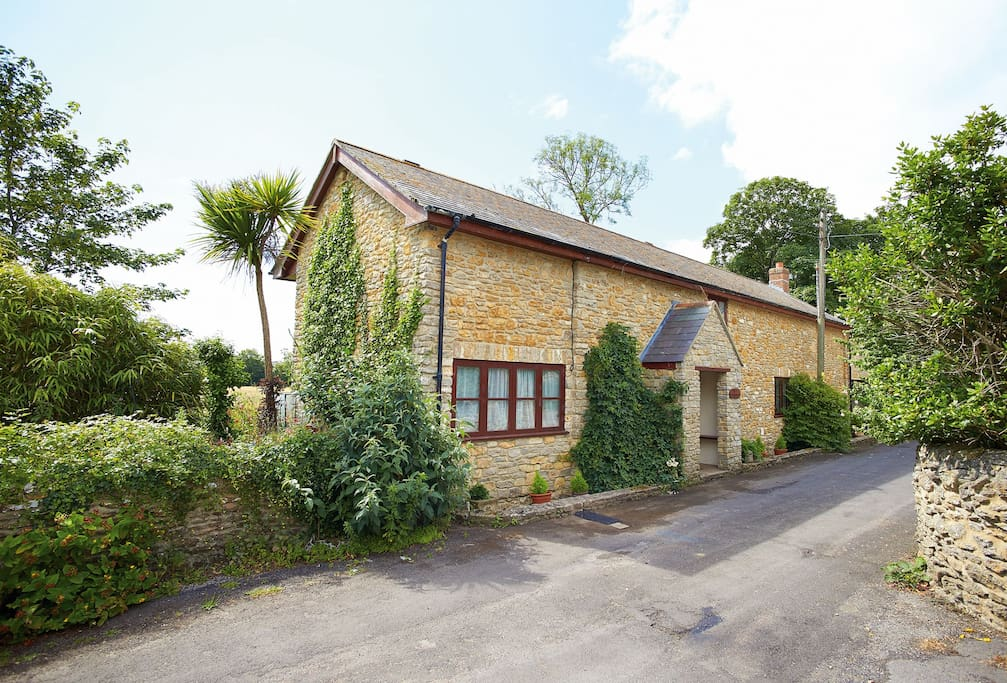 The Old Piggeries is a large detached holiday home situated on the quietest edge in this beautiful, much sought after village of Burton Bradstock