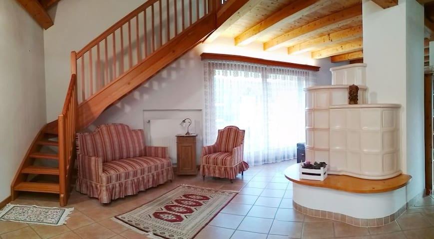 Open space con la stufa Tirolese e le scale di accesso al soppalco.