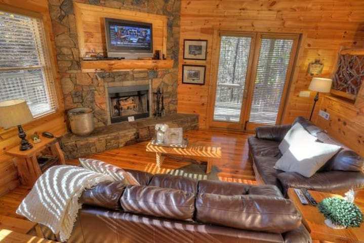 Super Private Cabin with Hot Tub - Cleveland