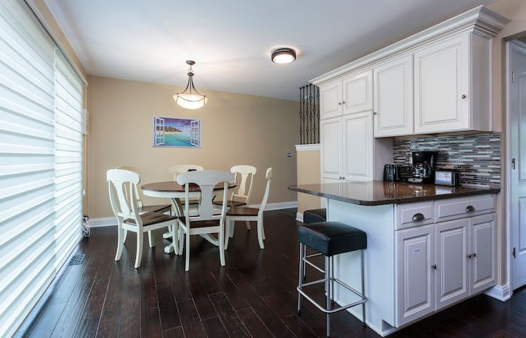 Beautifully Remodeled 3 BR Townhouse near Chicago - Wilmette