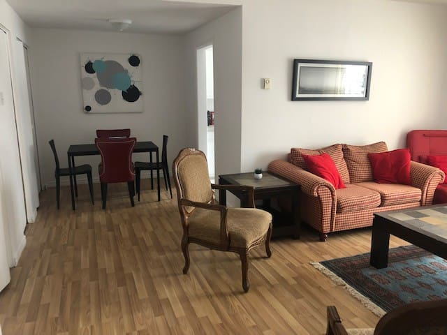 Simple Dorval, 4 MINUTES DRIVE TO THE AIRPORT YUL