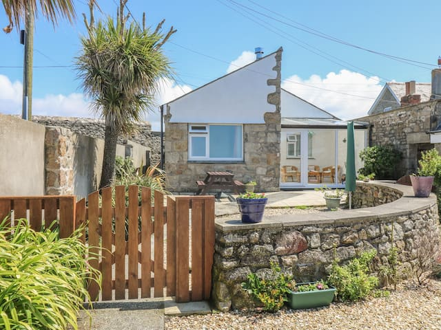 OCEAN VIEW, pet friendly, with open fire in St Just, Ref 960156