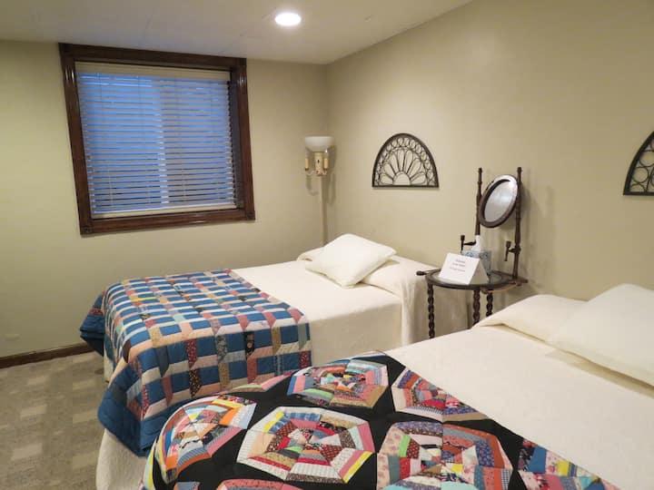 Comfy Appleton home, 2 full beds, en suite bath