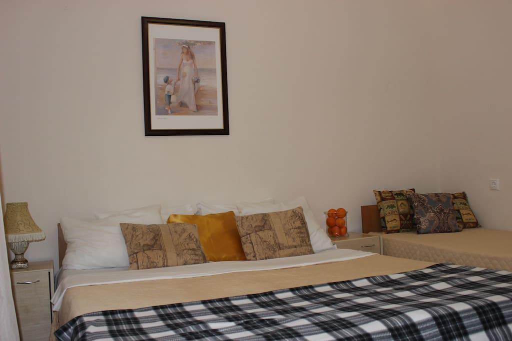 Для 4 человек Большая двуспальная кровать + Две односпальных