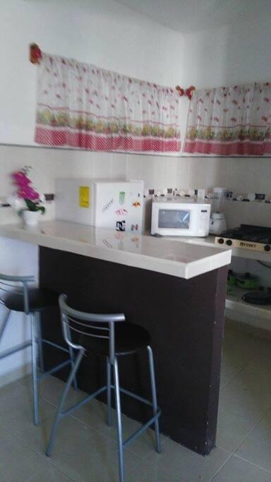 cocina,parrilla de gas,microondas,refrigerador, licuadora y utencilios de cocina