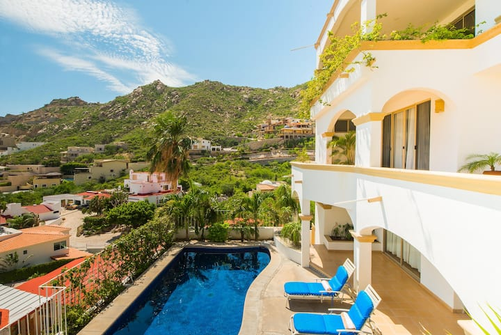 Steps from Downtown & Marina, 6 BR Villa Victoria