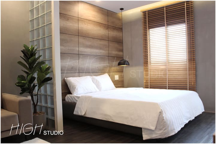 Modern HIGH studio 1m to Bui Vien w/ cool balcony