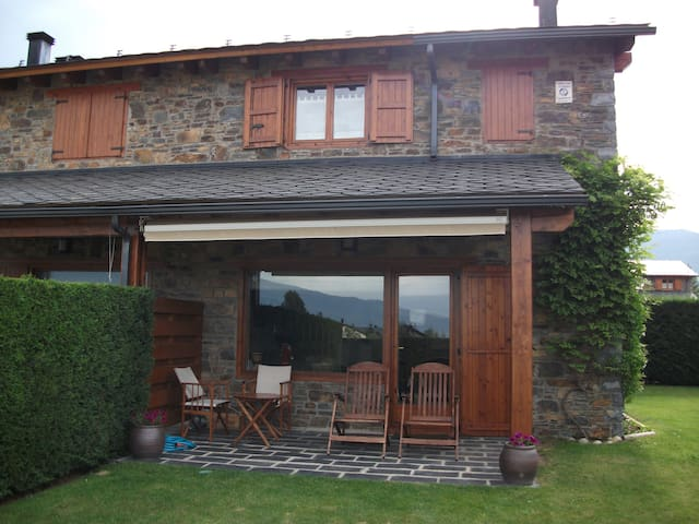 Casa adosada con vistas, jardín y piscina en Palau - Palau-de-Cerdagne - Radhus