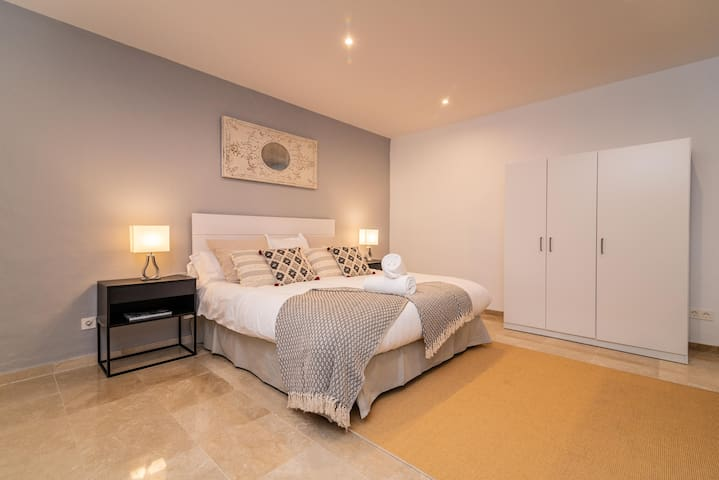 King-size bed (180 x 200 cm), en-suite bathroom with walk-in shower, table tennis table, cinema area, and adjacent sauna