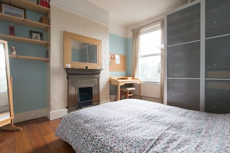 Large Room in E London in Family Home (women only)