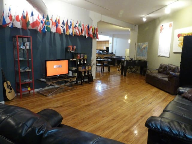 Private Room for 3 Wicker Park hostel - Chicago - Bed & Breakfast