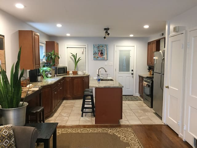 Newly renovated COZY HOUSE minutes from MGM grand
