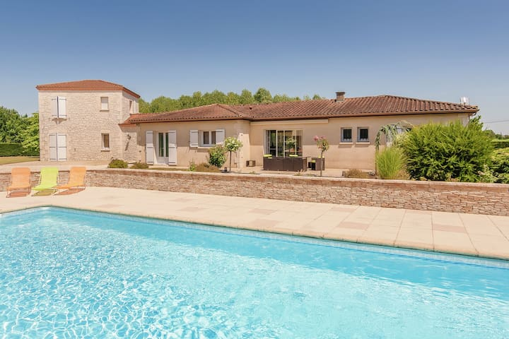 Beautiful villa near Bergerac with large garden, swimming pool and jacuzzi.