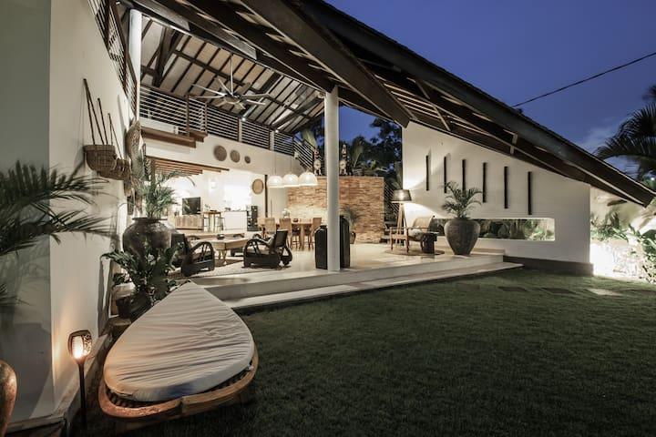 Lounge by night