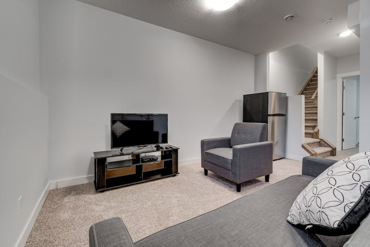 Cozy Lower suite close to Downtown 41