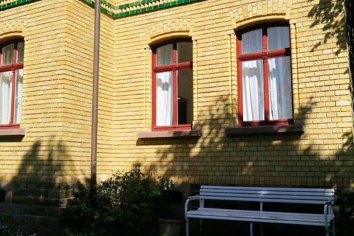 Frisch renovierte Altbauwohnung mit Garten