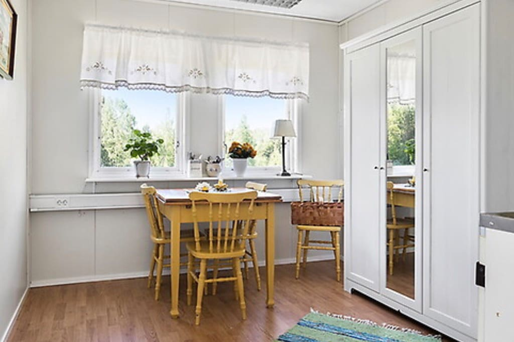 From the dining table you look out over the fields. Out there you will propably see deers and with some luck you can see a moose.  The dining table can accommodate up to 4 people.   Från matbordet ser du ut över åkrarna. Där ute på åkern går ofta rådjur och med lite tur kan man även se älg. Matbordet kan rymma upp till 4 personer.