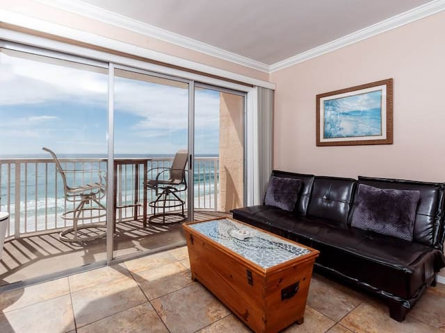 Cozy beachfront condo, Beach setup included, Convenient to shopping