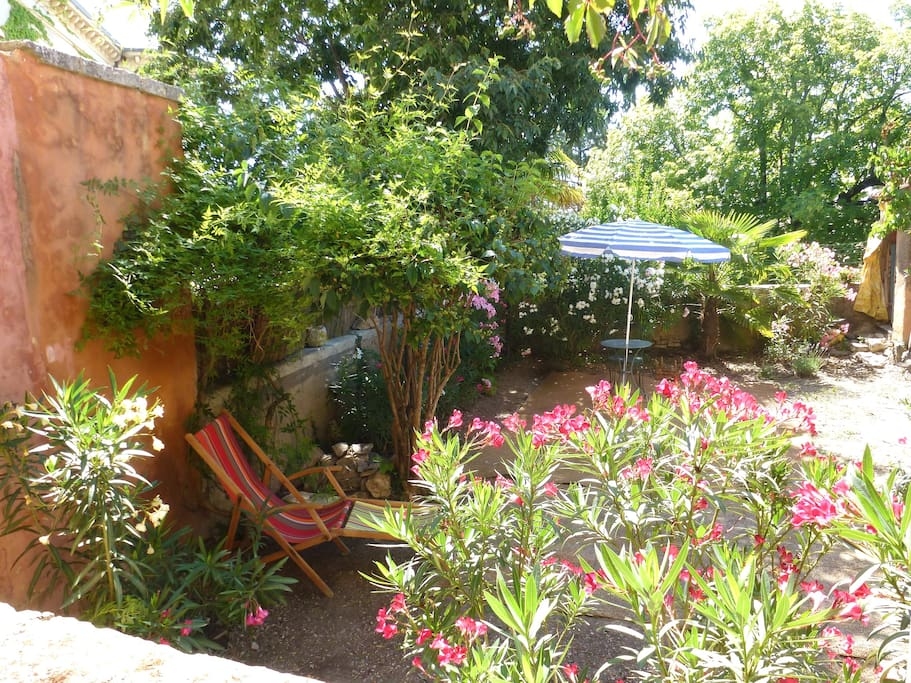Provence house jardin piscine au coin walk to pool for Au jardin guest house riebeeckstad