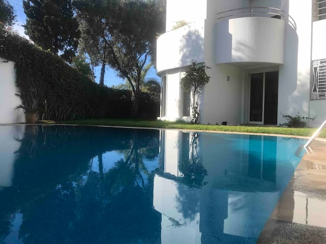 Luxury villa, Malls, restaurants, and Beach nearby