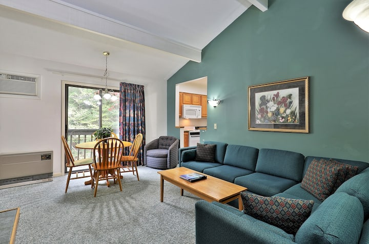 209 Deluxe One bedroom Queen Suite on the 2nd floor w/ outdoor heated pool