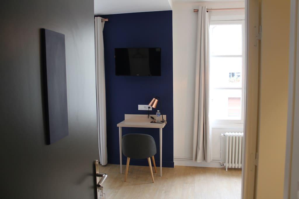 "chambre familiale ""Bleu Nocturne"" : Bureau, TV (Canal+, BeIN Sports)"