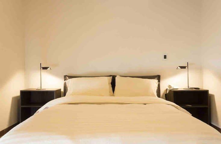 El segundo cuarto cuenta  con cama queen size con respaldo acojinado en piel