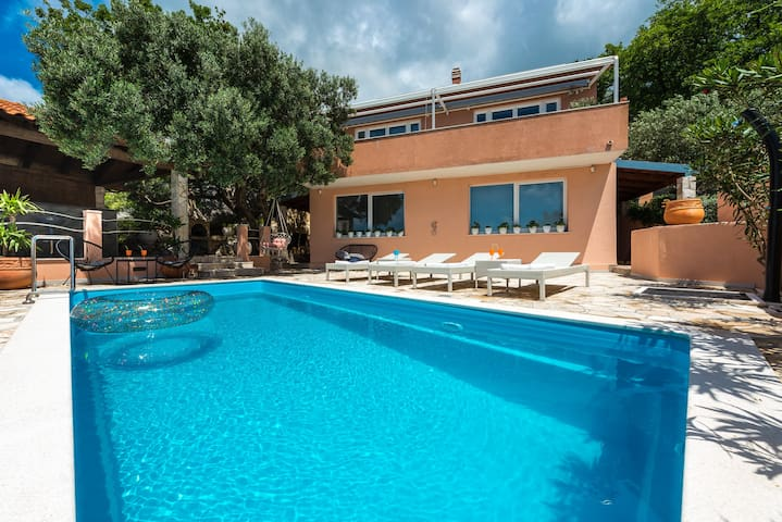 Villa Enjoy-Luxury House with Private Beach & Pool