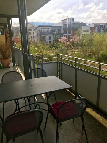 Balkon mit Tisch und Markise