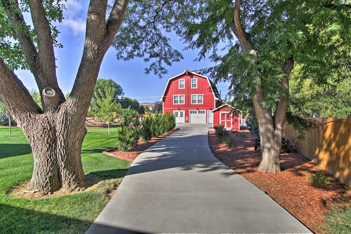 Barn Retreat and Event Venue, 5 Miles to Old Town!