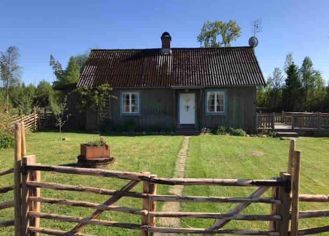 Stuga i Fegen vid skog och sjö, nära Gekås Ullared