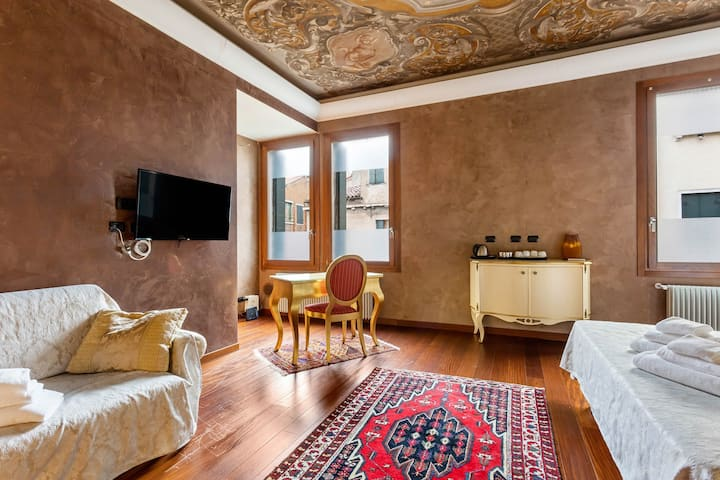 Spacious suite w/ WiFi - walk to St. Mark's Square & all of historic Venice!