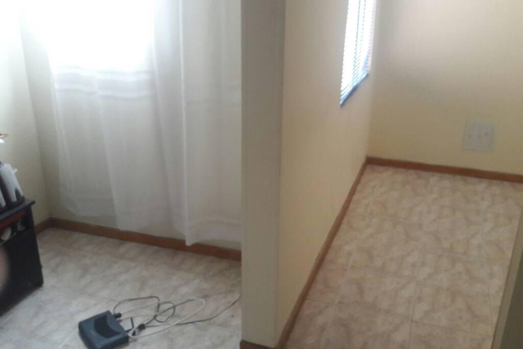 una de las Habitación es disponibles que tiene un pequeño  estudio, esta habitación  es para una persona tranquila  , relajada y muy descomplicada .