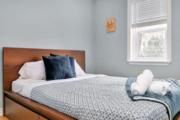 Cozy Downtown 1 Bedroom- Vanier